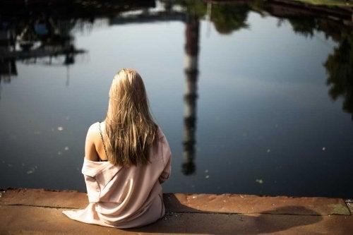 arkası dönük sarışın kız göl kenarı