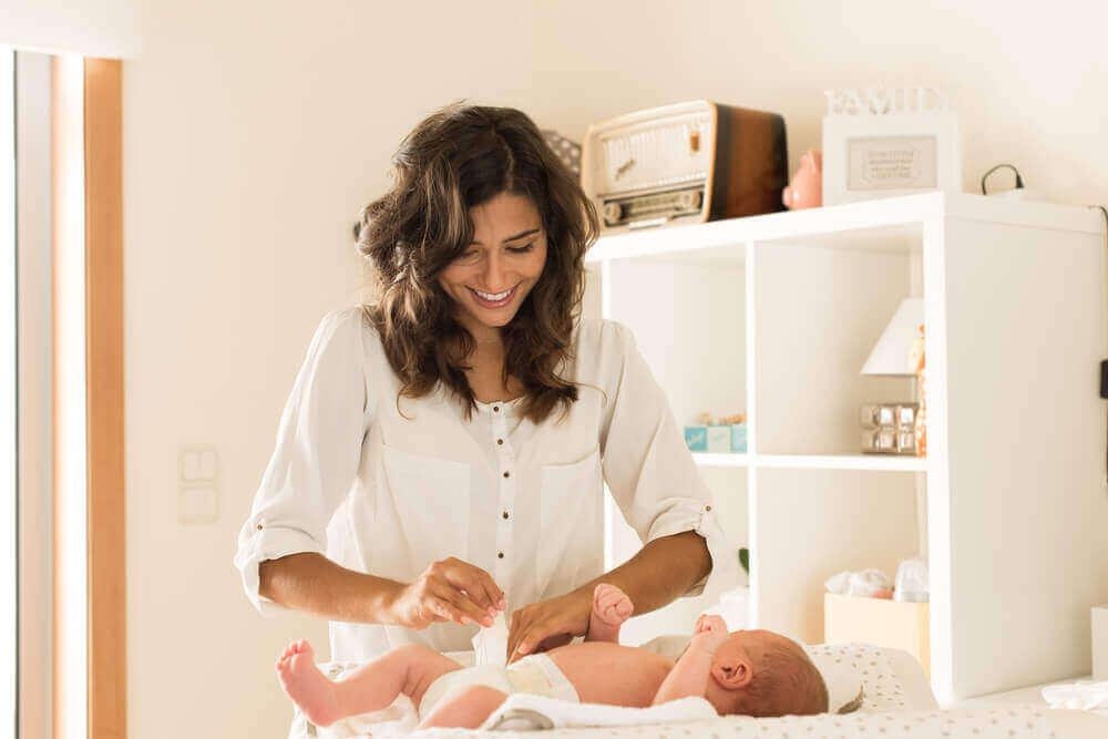 bebeklerde pişik bebeğin bezini değiştiren anne