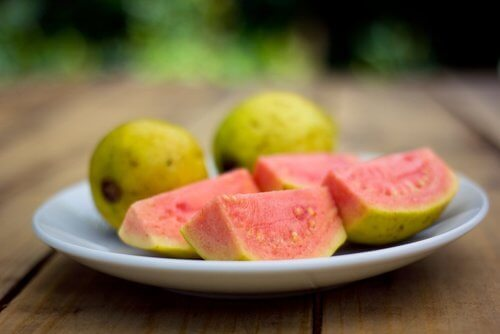 tabakta kesilmiş guava