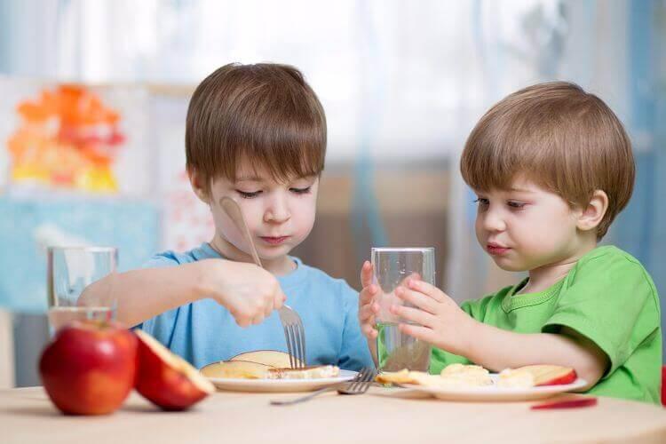 bir şeyler yiyen çocuklar