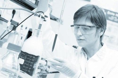 deney yapan kadın hücreler