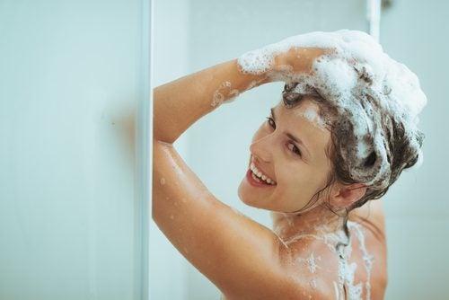 duş yapan mutlu kadın