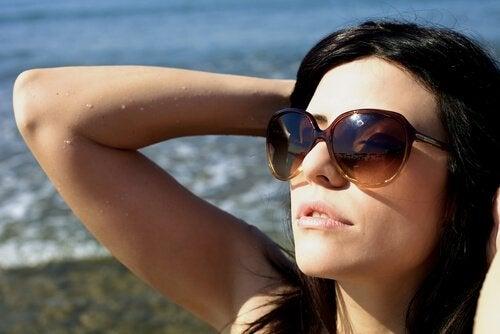 kışon güneş gözlüğü takmak