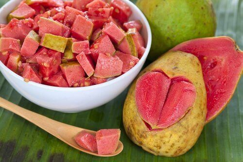 kalp şeklinde kesilmiş guava