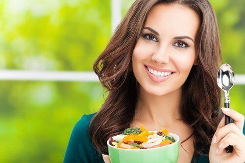 atıştırmalık yiyen kadın