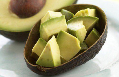 kabında kesilmiş avokado