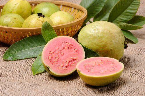 ikiye kesilmiş guava