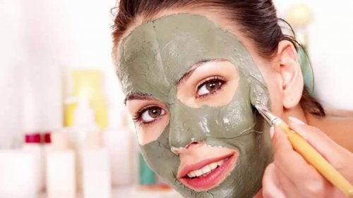 kil maskesi yapan kadın