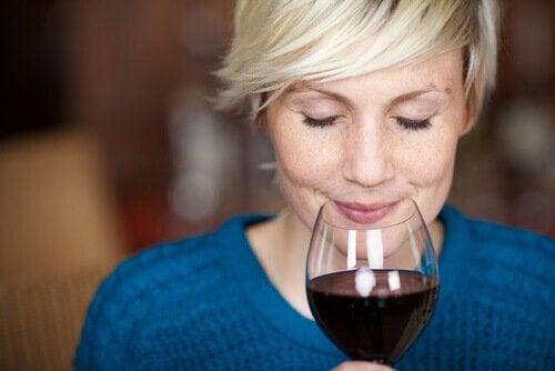 kırmızı şarabı koklayan orta yaşlı kadın