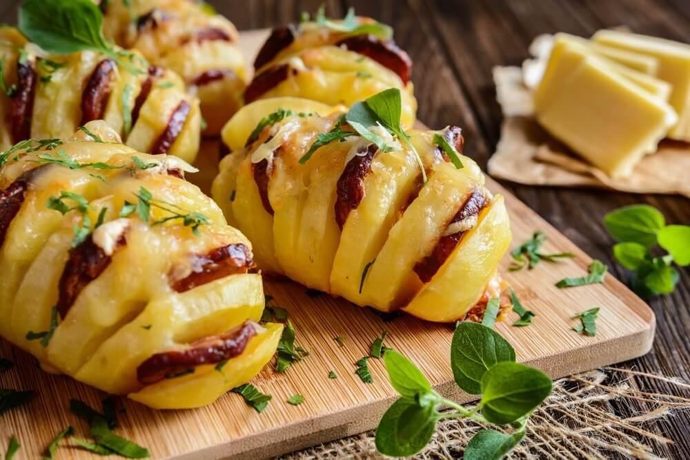 Sucuk ve Peynir ile Doldurulmuş Lezzetli Patates Tarifi