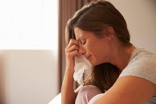 yatakta ağlayan kadın