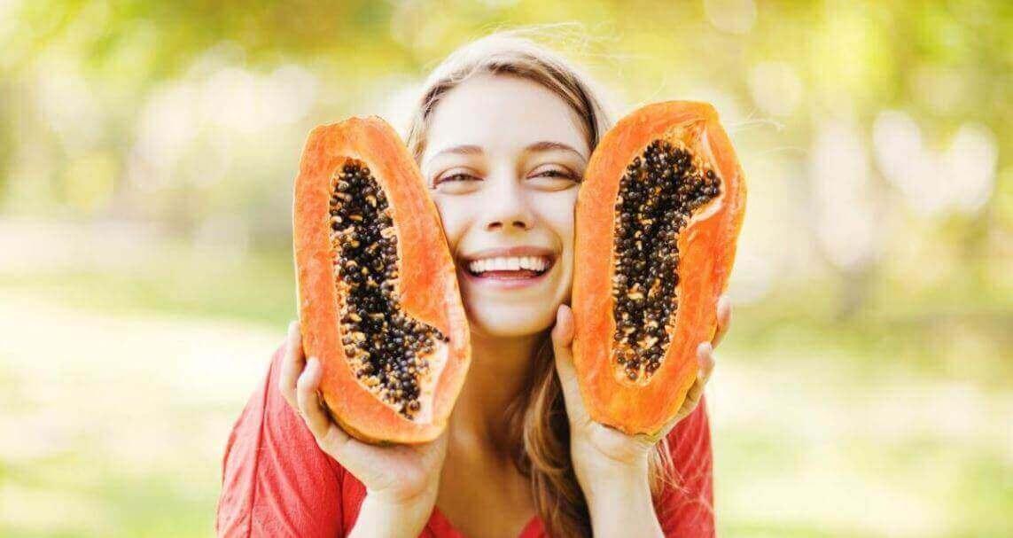Karaciğer Detoks Diyeti papaya tutan kadın