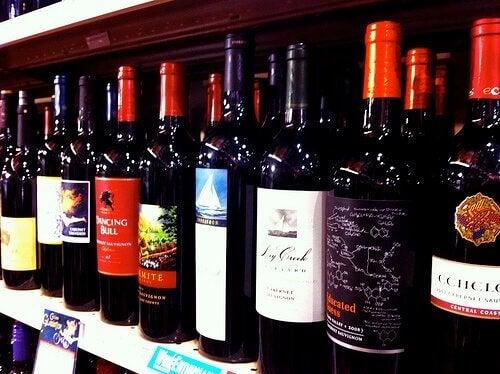 rafta farklı şarap markaları