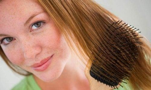 saçını tarayan kadın