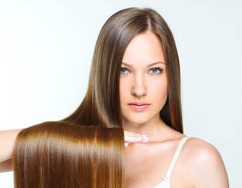 saçlarını tutan uzun düz saçlı kadın