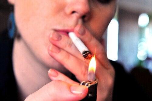 sigara yakan kadın