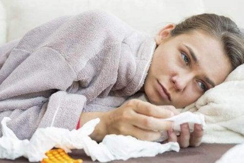 soğuk algınlığı geçiren kadın