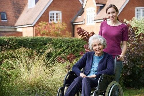 tekerlekli sandalye yaşlı mutlu kadın genç bakıcı
