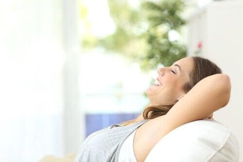 zihninizi temizlemek rutin dinlenen mutlu kadın