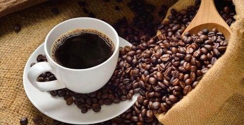 bir fincan kahve ve kahve taneleri