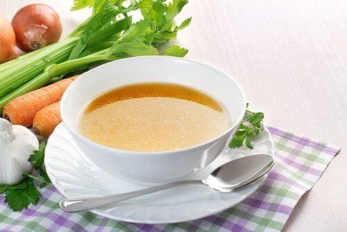 bir kase çorba ve sebzeler