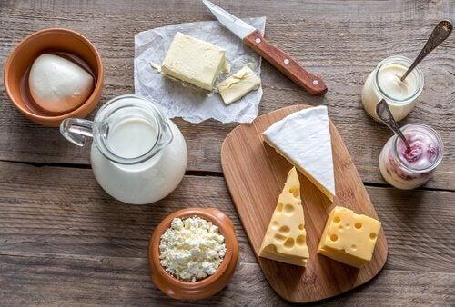çeşitli süt ürünleri sağlıklı kahvaltı seçenekleri