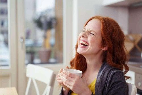 gülen kadın kahve