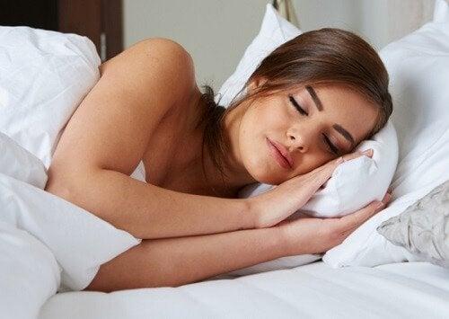 kadın güzel güzel uyuyor