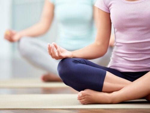 meditasyona oturmuş kadınlar