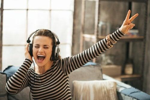 müzik dinleyen kulaklıklı mutlu kadın