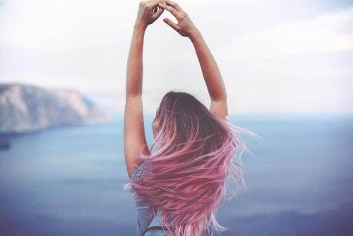 pembe saçlı arkası dönük kız