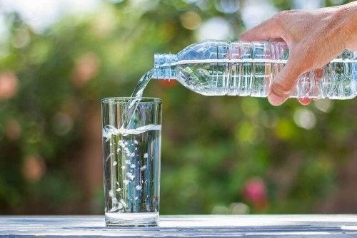 şişe içme suyu bardak