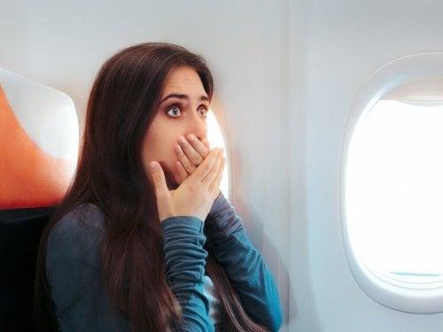 uçakta ağzını kapatan kadın