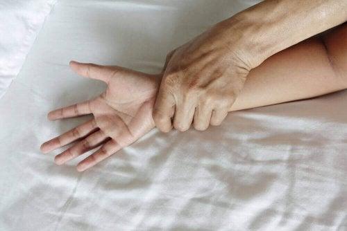 yatakta zorla tutulan kadın eli