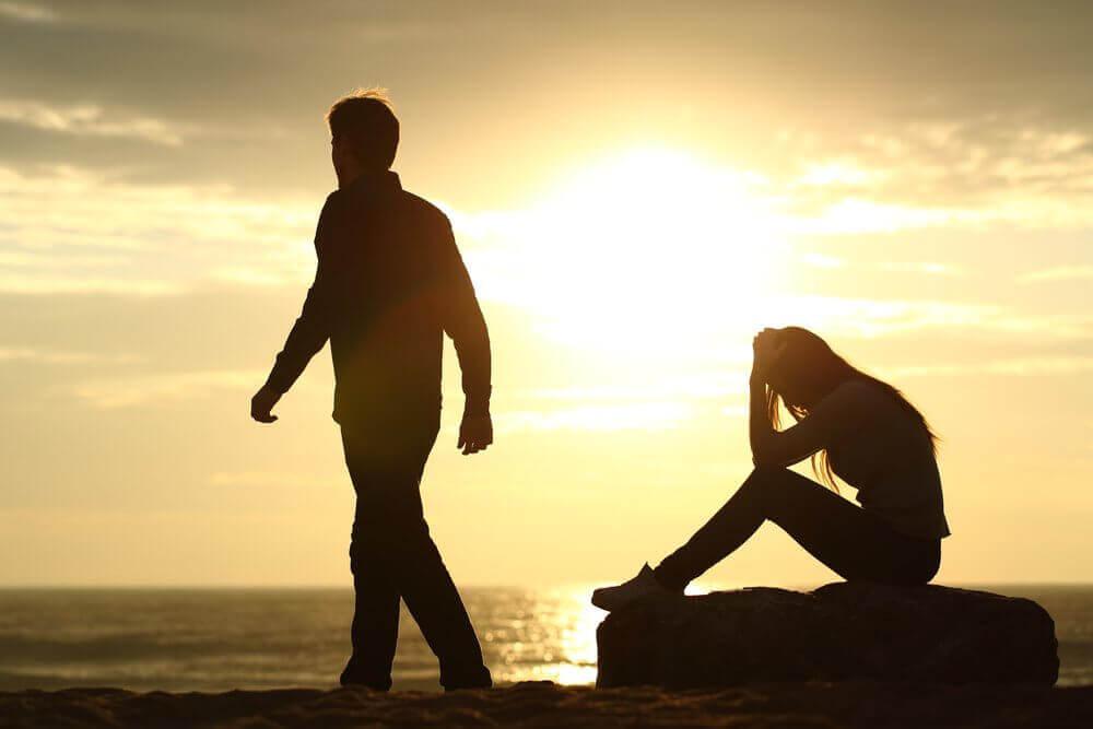 gün batımında oturan çift