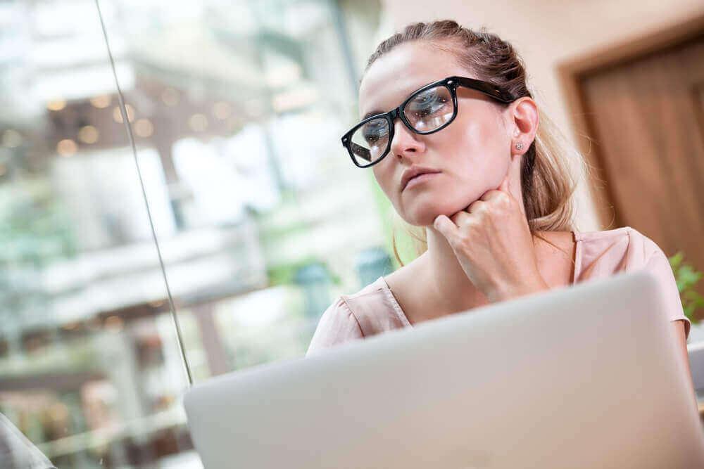 bilgisayar başındaki kadın