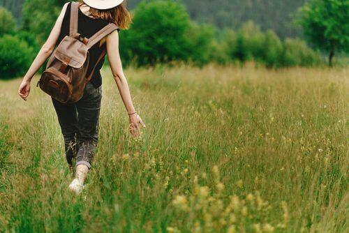 kırda yürüyen genç kadın