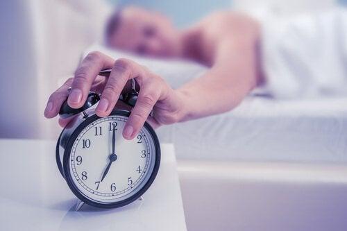 erken uyanmak için alarm kuran adam