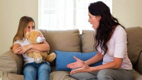 bağıran anne ve kızı