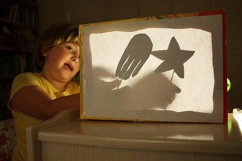 çocuk karanlıkta eğleniyor