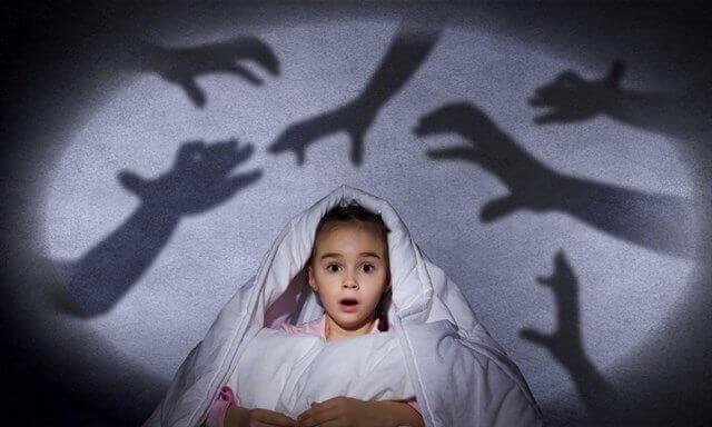 çocuk karanlıktan korkmuş