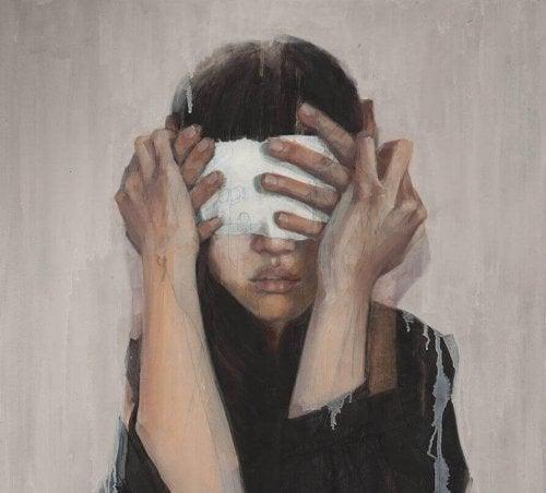 gözleri kapatılan kadın