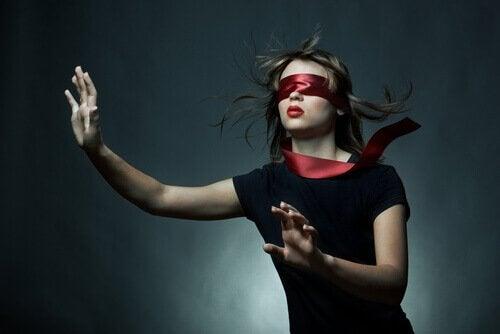 gözleri kırmızı kumaşla bağlı kadın