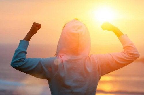 gün batımı kollarla güçlüyüm işareti