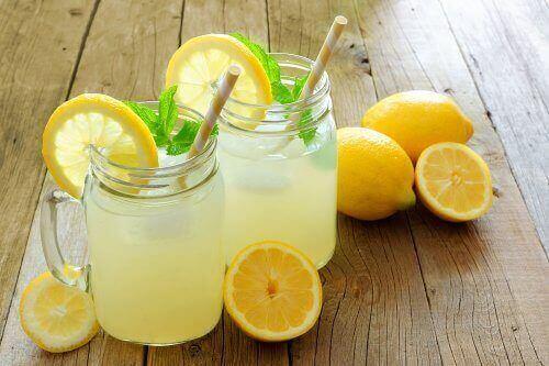 incelmeniz için iki bardak limonata ve limonlar