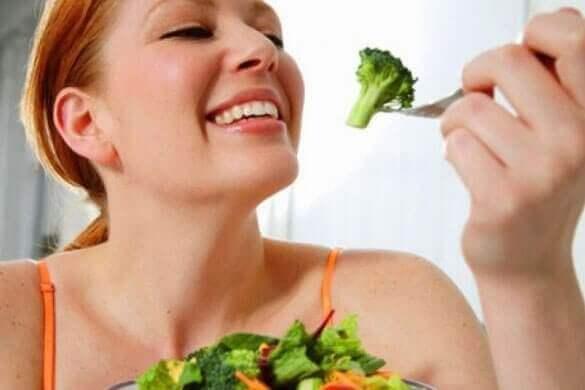 kadın brokoli yiyiyor