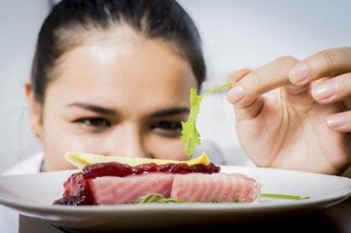 kadın şef yemek