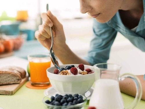 meyveli yoğurt kahvaltı