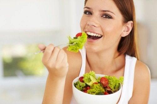 salata yiyen mutlu kadın