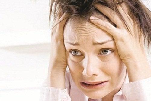 sinirli çaresiz kadın